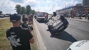 """Po smūgio su BMW """"Volvo"""" Vilniuje vertėsi ant stogo"""