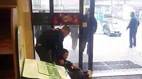 Incidentas Vilniaus autobusų stotyje — apsaugininkas tampė moterį