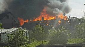 Garliavoje atvira liepsna degė gyvenamasis namas