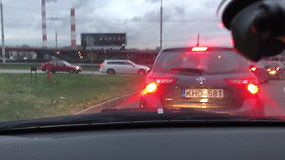 Vairuotojas Vilniuje pro automobilio langą išmetė nuorūką