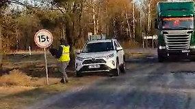 Verslininkai, veždami medieną, apsuka draudžiamąjį kelio ženklą