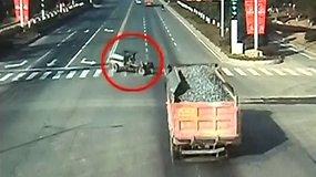 Kinijoje sunkvežimis sutraiškė traktorių