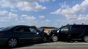 """""""Via Baltica"""" kelyje sužeisti 4 žmonės, o į susidūrusias mašinas dar rėžėsi motociklas"""