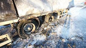 Netoli Kauno sudegė pilna majonezo sunkvežimio priekaba