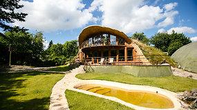 """Kauniečio sukurtas """"urvas"""" – įrodymas, kad svajonių namą galima pastatyti net pelkėje"""