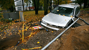 """Kaune """"Nissan"""" vairuotojas nulaužė medį ir stulpą"""