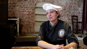 Virtuvės šefė Vaida Šukienė stengiasi svečius nustebinti Klaipėdos krašto patiekalais