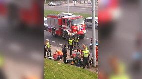 Vaizdo įraše – visos tarnybos gelbėja po avarijos sunkiai sužeistą mergaitę