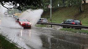 "Vilniuje praūžė trumpa liūtis, T. Narbuto g. ""baseino"" nespėjo užpildyti"