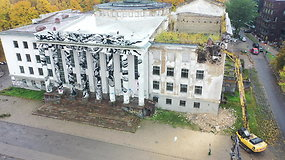 Vilniuje pradėti Profsąjungų rūmų griovimo darbai: stebėti atėję gyventojai dalinosi prisiminimais