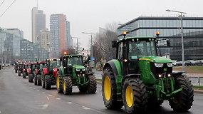 Vilniaus gatvėmis riedėjo protestuojančių ūkininkių traktorių kolona