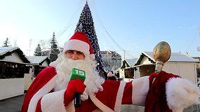 Kalėdų seneliu persirengęs Vidas Bareikis stebino smalsuolius prie Vilniaus Kalėdų eglutės