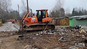 Karoliniškių metalinių garažų teritorijoje pradėtas tvarkyti sąvartynas