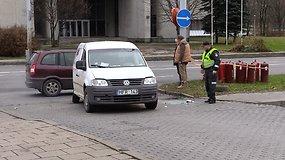 Vilniuje per avariją apvirto dujų balionus vežęs automobilis