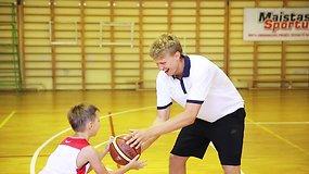 Mindaugas Kuzminskas treniruoja vaikus krepšinio stovykloje Palangoje