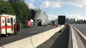 Vokietijoje į avariją pateko ir užsiliepsnojo autobusas