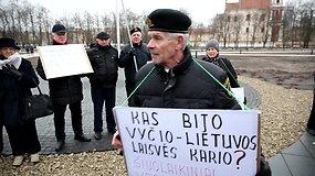 """Diskusijos per mitingą Lukiškių aikštėje: """"Mėšlo krūvai jūs prilyginat partizanus?"""""""