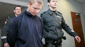 Į teismą atvesdintas senolės nužudymu įtariamas ir policijos gaudytas vaikinas