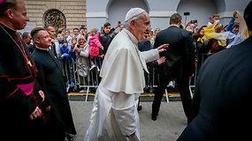 Popiežius Pranciškus prie Aušros Vartų sveikino susirinkusios ir meldėsi koplyčioje