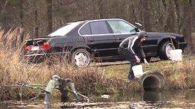 Jaunuolis savo BMW  nusprendė nuplauti pačiam Verkių regioninio parko centre