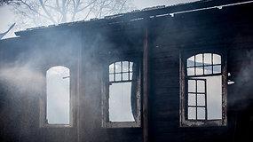 Ceikinių kaimo tragedija: iš medinės bažnyčios liko tik apanglėjusios sienos