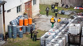 Aplinkosaugininkai apžiūri įmonės, kuri įtariama leidusi chemines atliekas į Vokės draustinio teritoriją
