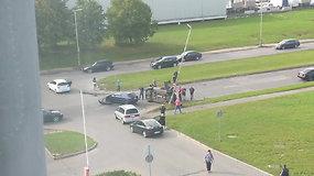 Skaitytojo užfiksuota avarija Kauno Taikos prospekte, vienas automobilis apsivertė