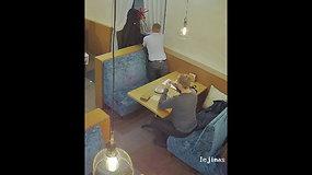 Stebėjimo kameros užfiksavo kišenvagį restorane Laisvės alėjoje