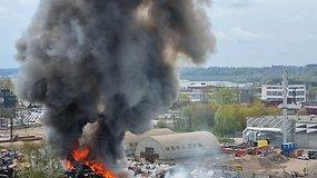 Kaunas skęsta dūmuose – atvira liepsna degė metalo krūva