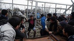 Tūkstantinė pabėgėlių minia laužė sienos užtvaras į Makedoniją