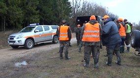 Nufilmuotas neteisėtai briedį nušovusių medžiotojų sulaikymas