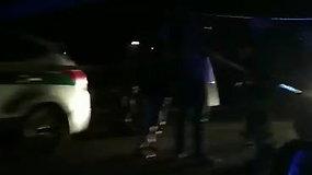 """""""Passat"""" gaudynių metu Kaune ant policijos automobilio užvirto stulpas"""