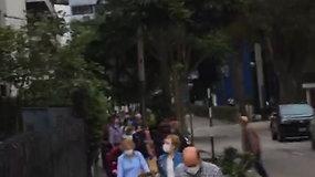 Prie Ispanijos ambasados Peru nusidriekusi į skrydį patekusių žmonių eilė