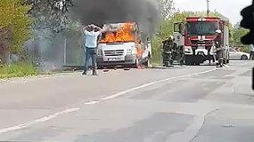 Liudininkai sukritikavo Kauno ugniagesių darbą gesinant automobilį