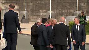 Svirduliuojančiam J.C.Junckeriui NATO viršūnių susitikime prireikė kolegų pagalbos