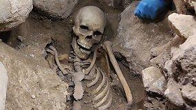 """""""Mokslo sriuba"""": išskirtinis pasivaikščiojimas po archeologinę perkasą Gedimino kalne"""