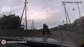 Toli nepabėgo: pievomis pasprukusį keturratį, policijos pareigūnai aptiko paslėptą kieme