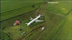 Rusijoje liaupsinami keleivinį lainerį be važiuoklės kukurūzų lauke nutupdę pilotai