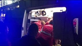 Vaizdo įraše – medikų pastangos atgaivinti stadione mirusį vyrą