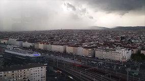 Pagreitintame vaizdo įraše – audra užklumpa Austrijos sostinę