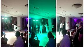 Vestuvių šventėje svečius sužavėjo romantiškas jaunųjų šokis ir netikėta staigmena