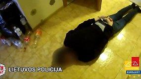 Policija viešina vaizdus, kaip buvo sulaikomi įtariamieji dėl ginklų, narkotikų ir prekybos žmonėmis