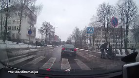 Pagarbos vertas poelgis: vairuotojas sustojo ir padėjo vežimėlyje sėdinčiam vyrui