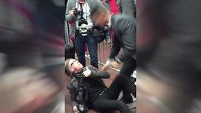D.Trumpo mitinge fotografas buvo sugriebtas už gerklės ir pargriautas