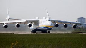 """Didžiausias pasaulyje krovininis lėktuvas """"An-225"""" pakilo iš Ukrainos"""