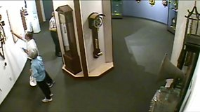 Įraše užfiksuota, kaip muziejaus lankytojai sudaužo senovinį laikrodį