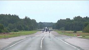 Estijos automagistralėje neįprastas reginys – kyla ir leidžiasi karo lėktuvai