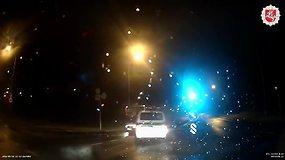 Nufilmuota, kaip sostinėjes girtas penkiolikmetis bėglys taranuoja policijos ekipažus