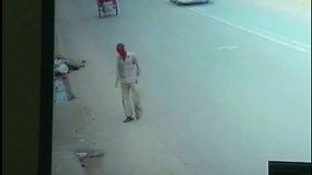 Sukrečiantis abejingumas Indijoje: partrenktas žmogus parūpo tik piniginės vagiui