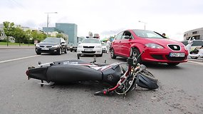 Vilniuje – automobilio ir motociklo avarija